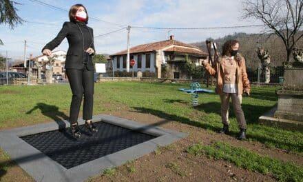 Paula Fernández visita las obras de renovación del parque infantil de Santa Cruz de Molledo