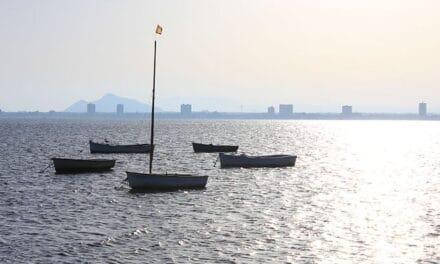 El gobierno de Murcia retira seis embarcaciones varadas o hundidas en aguas del municipio de Los Alcázares