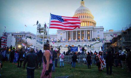 Seis policías suspendidos y otros 29 en investigación por el asalto al Capitolio