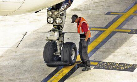 Un adolescente sobrevive a un vuelo de unos 400 kilómetros escondido en el compartimento del tren de aterrizaje de un avión