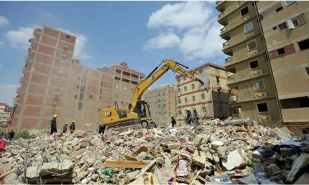 El número de fallecidos por el derrumbe de un edificio residencial de diez pisos en la capital de Egipto se elevó a 25.
