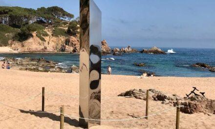 Monolito metálico de dos metros aparece en una playa de la Costa Brava