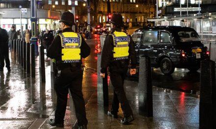 Policía británica defiende su actuación contra las manifestantes por la muerte de Sarah Everard