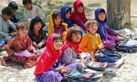 Comisión de DDHH de Afganistán critica la prohibición a las niñas de más de doce años a cantar en actos con hombres.