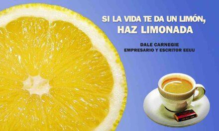 """""""Si la vida te da un limón, haz una limonada"""". La frase positiva del día. Sobrecito de azúcar"""